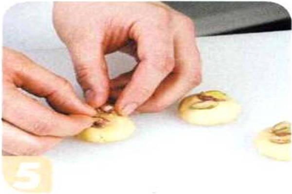 烘焙入门烘焙食谱之开心果饼干制作步骤5