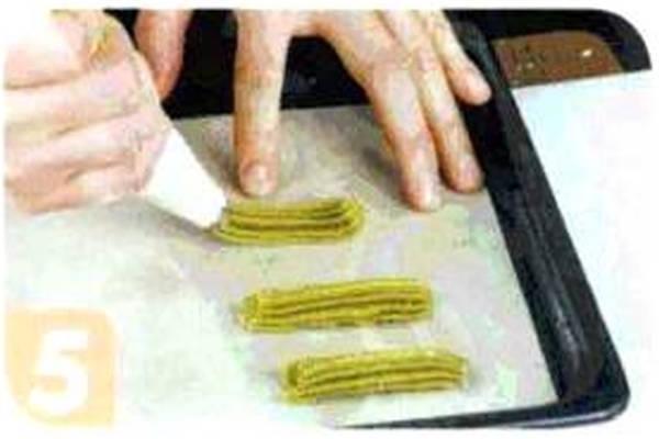 烘焙入门烘焙食谱之绿茶曲奇条制作步骤5