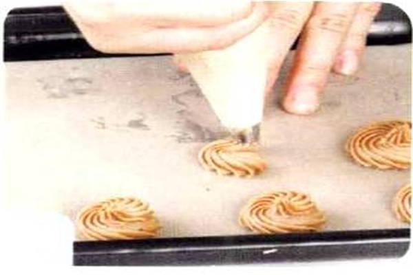 烘焙入门烘焙食谱之巧克力夹心曲奇制作步骤5