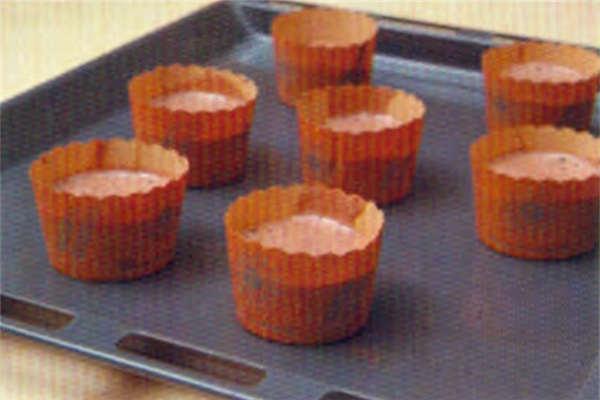 烘焙入门烘焙食谱之巧克力杯子蛋糕制作步骤6