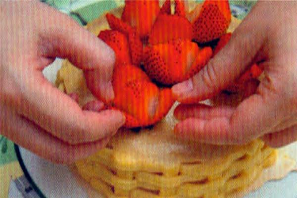 烘焙入门烘焙食谱之草莓花蓝做法:制作步骤9