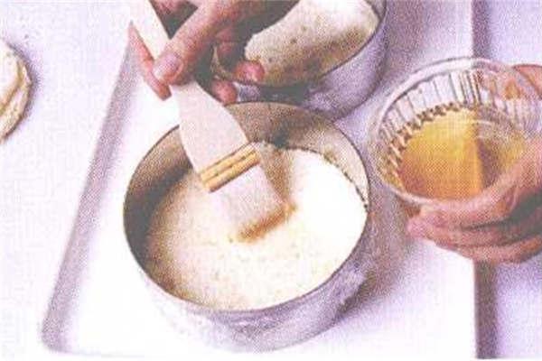 烘焙入门烘焙食谱之草莓慕斯制作步骤2