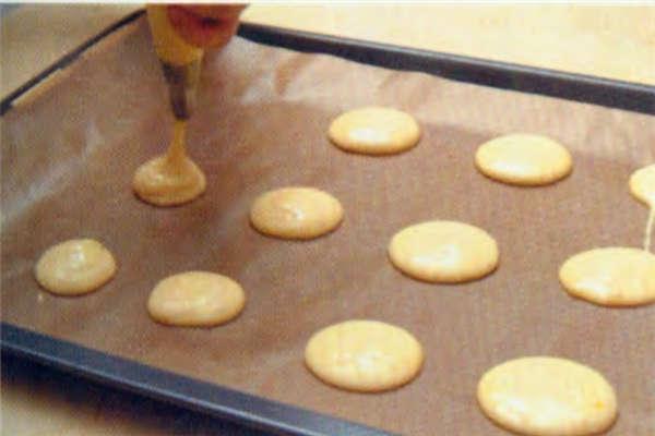 烘焙入门烘焙食谱之巧克力棉棉派制作步骤6