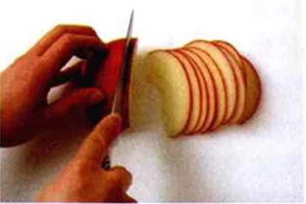 烘焙入门烘焙食谱之将苹果倒入模具中制作步骤3