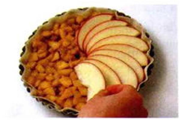 烘焙入门烘焙食谱之将苹果倒入模具中制作步骤4